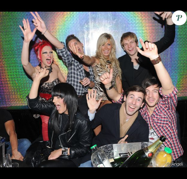 Stéphanie fête son anniversaire au Six Seven (Paris), entourée de ses amis de Secret Story : Charlotte, Benoît, Bastien, Thomas, John et Robin, mercredi 15 décembre.