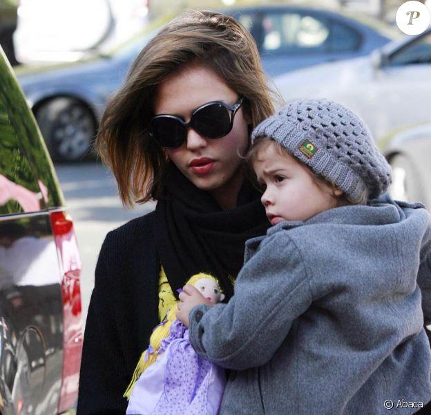 Jessica Alba accompagnée de Honor et de sa maman pour un shopping de Noël de dernière minute. Le 24 décembre à L.A