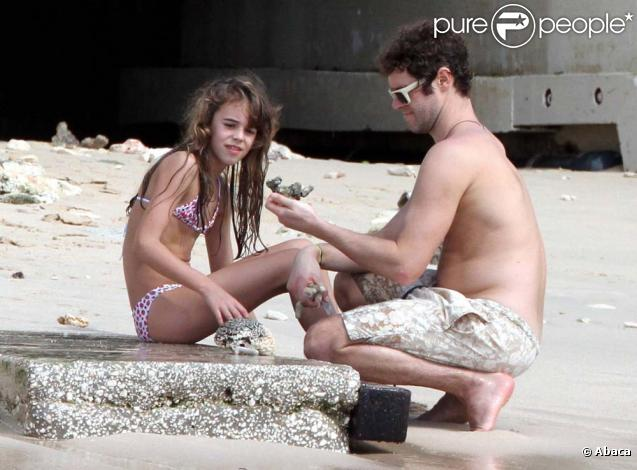 Take That : Howard Donald joue avec sa fille Grace sur la plage, Barbades, le 28 décembre 2010