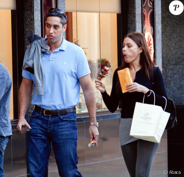 Sofia Vergara et son petit ami Nick Loeb se promènent à Beverly Hills, le 12 décembre 2010.