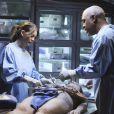 Ci-dessus, Meredith Grey et Richard Webber (Ellen Pompeo et James Pickens Jr.) en pleine autopsie. La série n'oublie pas de plonger le spectateur au coeur des opérations chirurgicales pour plus de réalisme.