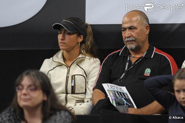 Aravane Rezaï (photo : en 2009, avec son père Arsalan) doit à son père intransigeant d'être devenue une championne, mais elle paye régulièrement le prix de ses débordements...