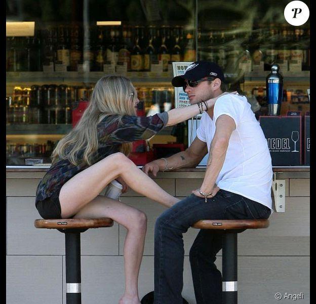 La ravissante Amanda Seyfried et le séduisant Ryan Phillippe affichent leur amour, chez Oaks Gourmet, à Los Feliz, le 28 janvier 2011.
