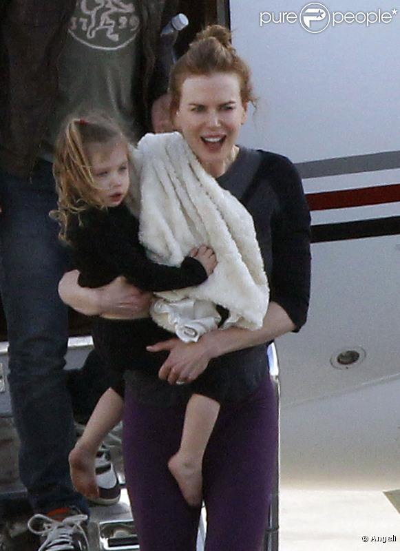 Nicole Kidman, son mari Keith Urban et leurs filles Sunday Rose et Faith Margaret, à l'aéroport de Los Angeles le 15 février 2011