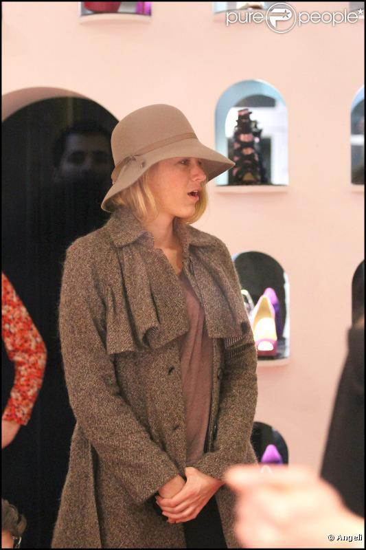 Blake Lively fait des essayages  de chaussures chez Christian Louboutin (Paris, 5 mars 2011)