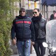 """""""Le chanteur Eros Ramazzotti et sa petite amie Marica Pellegrinelli, enceinte, se promènent dans les rues de Milan en Italie le 18 février 2011"""""""