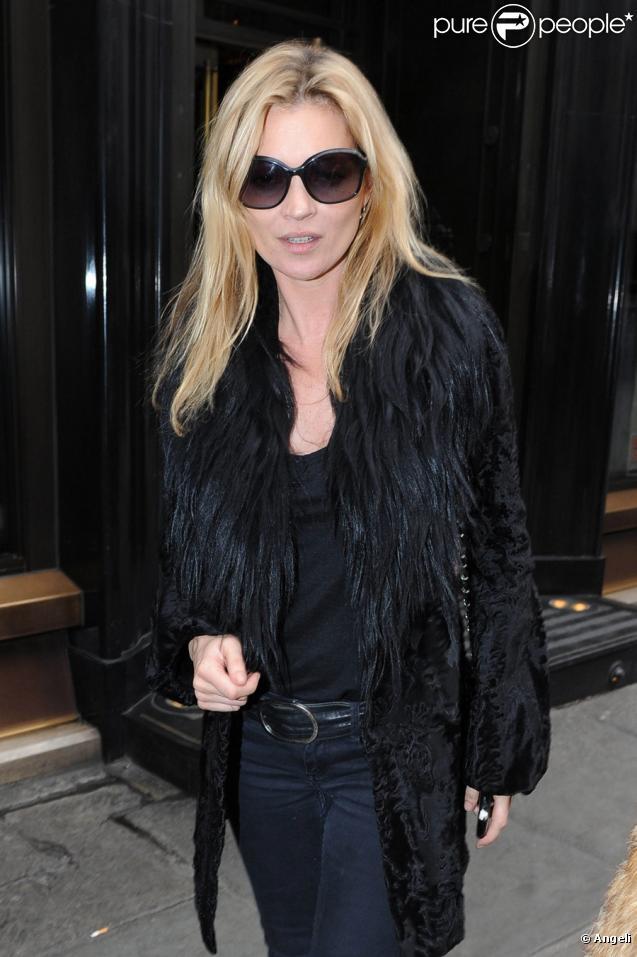 Kate Moss à la sortie du restaurant Wolseley à Londres, le 11 mars 2011
