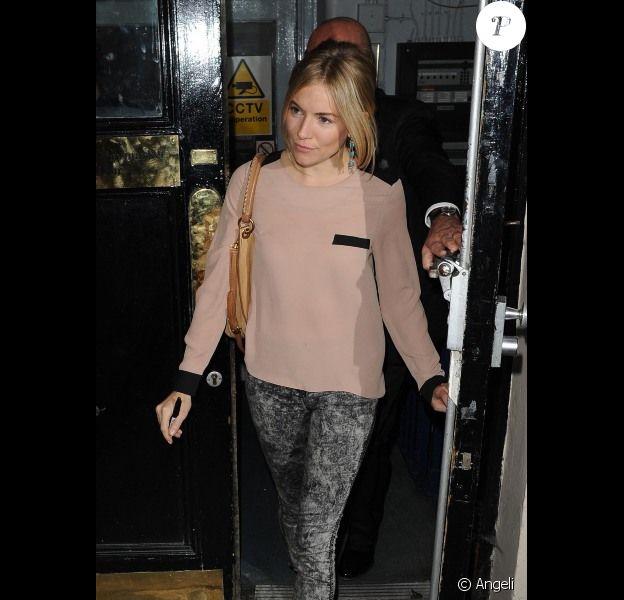 Sienna Miller dégaine ses derbies jaune fluo associées à son slim tacheté et une blouse poudrée. Un look parfait