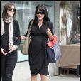 Selma Blair dans un parfait look de femme enceinte. Une petite robe noire portefeuille et elle brille dans les rues de L.A
