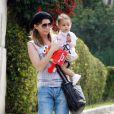 Ellen Pompeo avec sa fille Stella qui fait ses premiers pas (2 avril à Los Angeles)