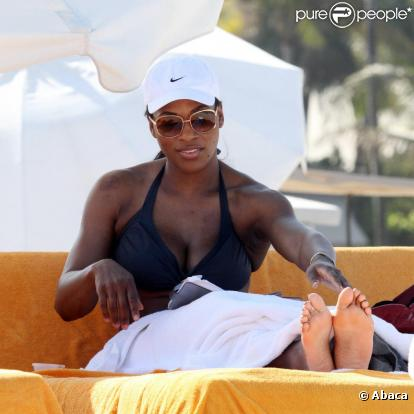 Serena Williams - Page 4 591204-serena-williams-sur-la-plage-a-miami-0x414-1
