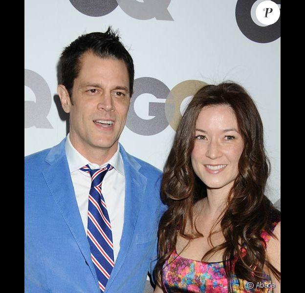 """Johnny Knoxville et sa femme Naomi Nelson posent lors de la soirée de """"l'homme de l'année"""" du magazine GQ en novembre 2010 à Los Angeles"""