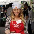 Hilary Duff et sa soeur Haylie participent au Mission Easter for the Homeless, afin de servir des repas chauds aux sans-abri, vendredi 22 avril à Los Angeles.