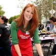 Angie Everhart participe au Mission Easter for the Homeless, afin de servir des repas chauds aux sans-abri, vendredi 22 avril à Los Angeles.