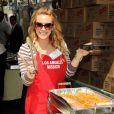 Hilary Duff participe au Mission Easter for the Homeless, afin de servir des repas chauds aux sans-abri, vendredi 22 avril à Los Angeles.
