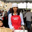 Zoe Saldana et sa nièce Kayla participent au Mission Easter for the Homeless, afin de servir des repas chauds aux sans-abri, vendredi 22 avril à Los Angeles.