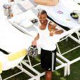 Craig David offre une coupe de champagne et se montre très proche de trois jeunes femmes en bikini, à la piscine de son hôtel, à Miami, lundi 11 avril 2011.