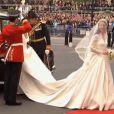 Kate Middleton dans une robe créée par Sarah Burton pour Alexander McQueen, le 29 avril 2011
