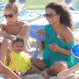 Christina Milian fait découvrir la plage à sa petite Violet, 14 mois, dimanche 1er mai, à Malibu.