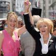 Sharon Stone félicite Jane Morgan lors de la cérémonie l'honorant sur le Walk of Fame à Hollywood, le 6 mai 2011