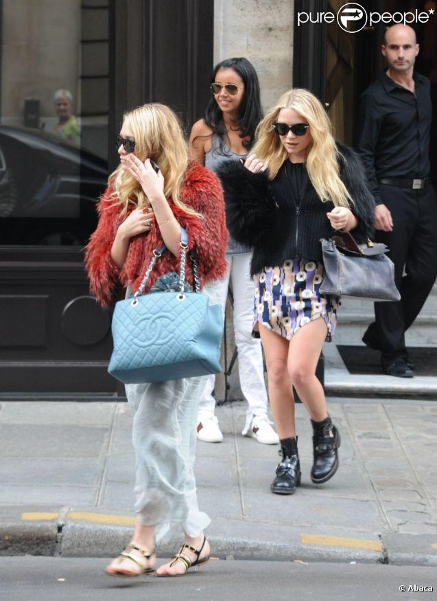 Mary-Kate et Ashley Olsen sont venues faire les boutiques à Paris le 23 avril 2011.