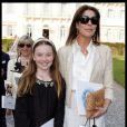Caroline de Monaco et sa fille Alexandra de Hanovre lors du défilé de mode Croisière Chanel à l'Eden Roc au Cap d'Antibes le 9 mai 2011