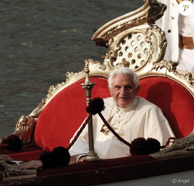 Le Pape Benoît XVI en gondole à Venise, le 8 mai 2011.