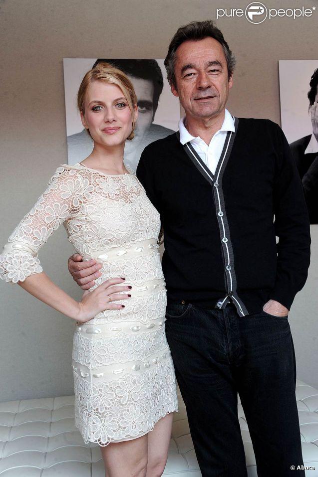 Mélanie Laurent pose aux côtés de Michel Denisot, présentateur du Grand Journal de Canal +, à Cannes, le 10 mai 2011.