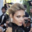 La séduisante Anja Rubik porte magnifiquement des boucles d'oreilles et un bracelet Chopard. Cannes, 20 mai 2011