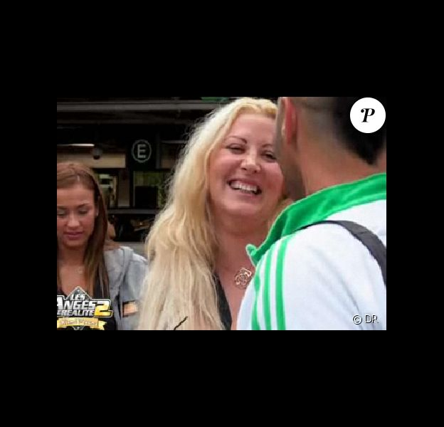 Loana arrive à l'aéroport sous le regard médusé des autres Anges... (épisode du lundi 23 mai 2011).