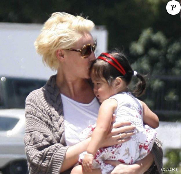Katherine Heigl embrasse sa fille Naleigh sur le tarmac de l'aérodrôme de Los Angeles, le 27 mai 2011.