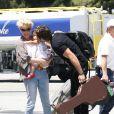 Naleigh, la fille de Katherine Heigl et de Josh Kelley, fait l'objet de toute l'attention de ses parents sur le tarmac de l'aérodrôme de Los Angeles, le 27 mai 2011.