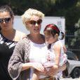 Katherine Heigl et sa fille Naleigh sur le tarmac de l'aérodrôme de Los Angeles, le 27 mai 2011.