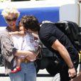 Katherine Heigl, son époux Josh Kelley et leur fille Naleigh sur le tarmac de l'aérodrôme de Los Angeles, le 27 mai 2011.