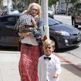Gwen Stefani en famille à West Hollywood le 27 mai 2011 : elle porte Zuma et devant se trouve Kingston