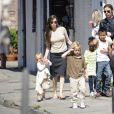 Brad Pitt et Angelina Jolie en mars 2011 avec leurs six enfants