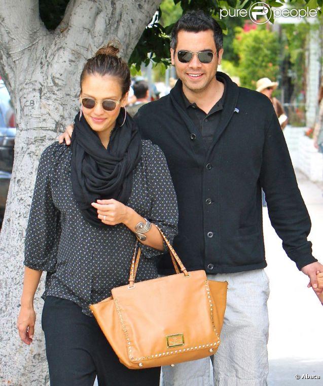 Amoureux et heureux, Jessica Alba et Cash Warren s'affichent dans les rues de Los Angeles, le 29 mai 2011
