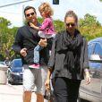 Jessica Alba se promène avec son mari Cash Warren et leur poupée Honor. Los Angeles, 29 mai 2011