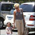 """""""Katherine Heigl et sa fille Naleigh, à Los Angeles, en mai 2011. Nancy, la maman de la comédienne, est à ses côtés."""""""