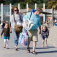 Marcia Cross en famille à la plage à Santa Monica le 30 mai 2011. Elle profite du soleil avec ses jumelles Savannah et Eden et son mari Tom Mahoney. C'est parti pour une journée plage !