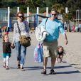 Marcia Cross en famille à la plage à Santa Monica le 30 mai 2011. Elle profite du soleil avec ses jumelles Savannah et Eden et son mari Tom Mahoney.