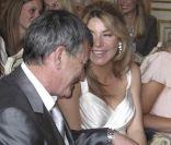 Jean-Marie Bigard et sa femme Lola Marois dans la salle des mariages de la mairie du VIIe arrondissement de Paris, le 27 mai 2011.