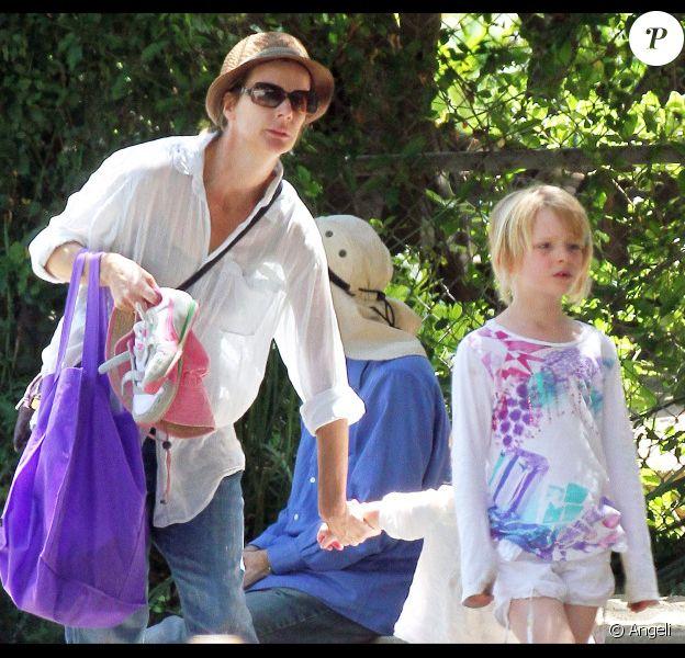 Rachel Griffiths et ses filles lors d'une après-midi piscine, le 28 mai 2011