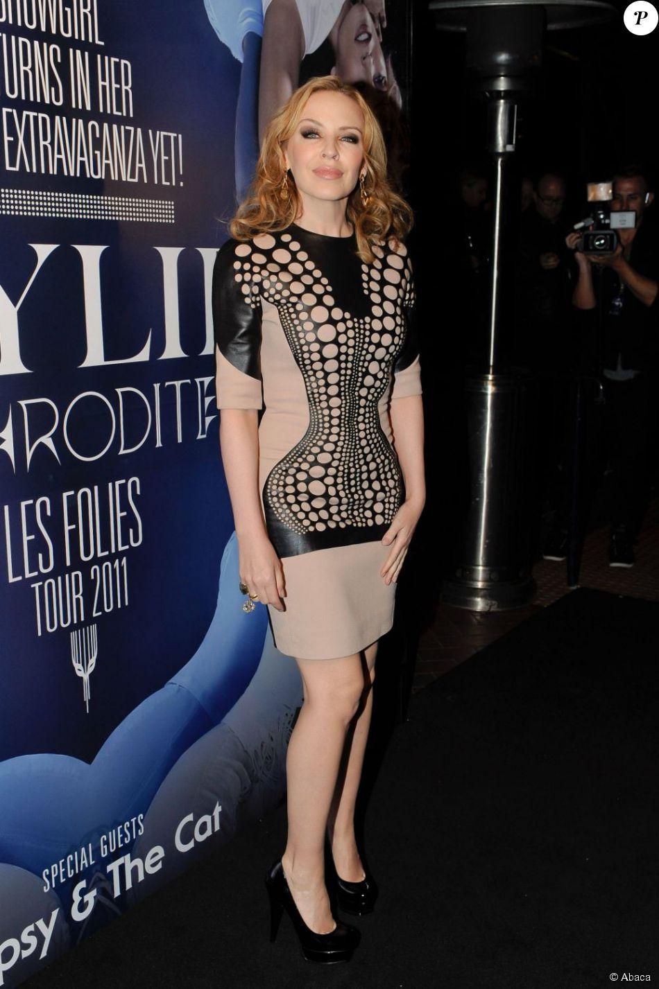 309865d53fe6e Kylie Minogue moule sa silhouette parfaite dans une robe courte en cuir  chair et noire. Trop classe ! Sydney