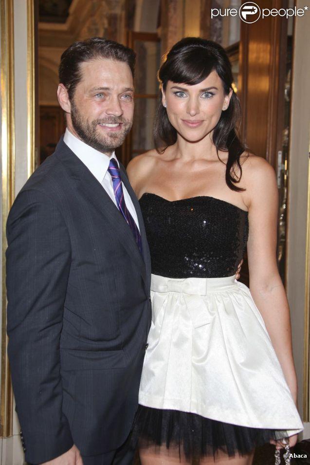 Jason Priestley et Naomi Lowde lors d'un photocall à l'occasion du 51e Festival de la télévision de Monte Carlo au Forum Grimaldi à Monaco le 9 juin 2011