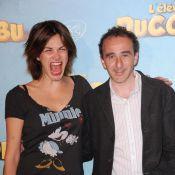 La superbe Helena Noguera et Elie Semoun collés au fond de la classe