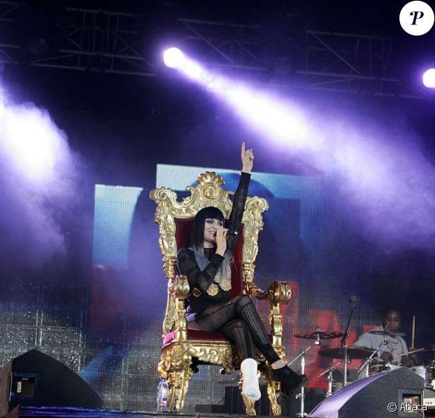 La chanteuse Jessie J se produit, le pied bandé, à la Wembley Arena de Londres, dans le cadre du Capital FM's Summertime Ball, dimanche 12 juin 2011.