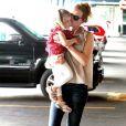 Nicole Kidman fait des gros bisous à sa fille Sunday Rose, 3 ans en juillet. Mais où est la petite Faith ? New York, 29 mai 2011