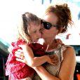 Nicole Kidman fait des papouilles à sa fille Sunday Rose, qui fêtera ses 3 ans en juillet, alors que la petite famille se rendait au complexe sportif Chelsea Piers à New York, 29 mai 2011