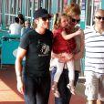Nicole Kidman tente de consoler sa fille Sunday Rose, 3 ans en juillet, qui ne semble pas ravie ! Et pendant ce temps, papa Keith Urban sourit ! New York, 29 mai 2011